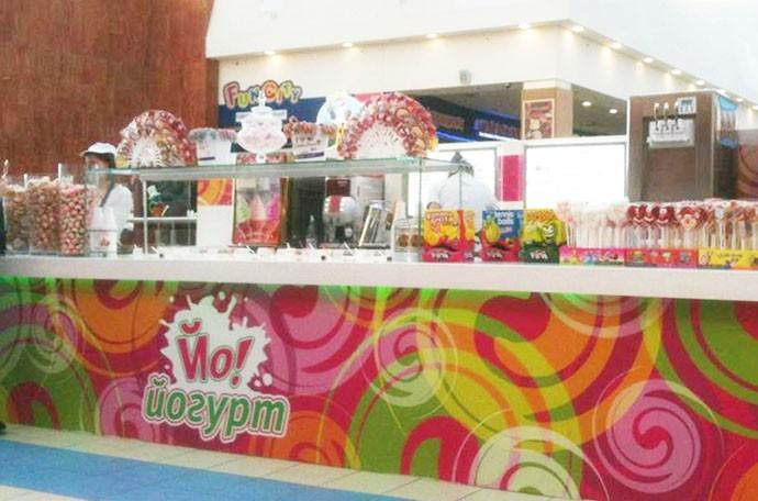 размещение логотипа «Йо-йогурт» на панели барной стойки кафе-мороженого