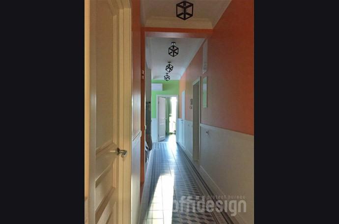 Оранжевый цвет стен в коридоре
