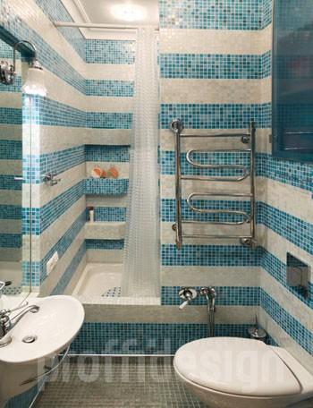 Дизайн маленького вместительного санузла, голубая мозаика на стенах