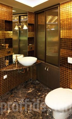 Натуральный камень и золотая мозаика в дизайне ванной комнаты