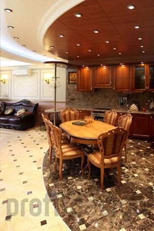 Визуальное отделение зоны кухни от зоны гостиной при помощи оригинального потолка