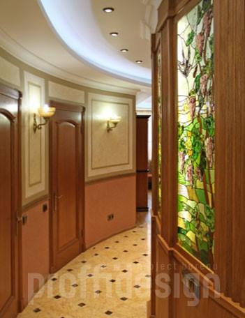 Венецианская штукатурка на стенах коридора, витражная стена с подсветкой