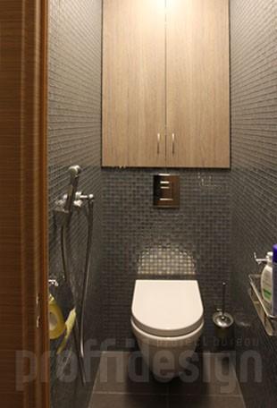 Серебристая мозаика на стенах в туалете, встроенный сантехнический шкаф