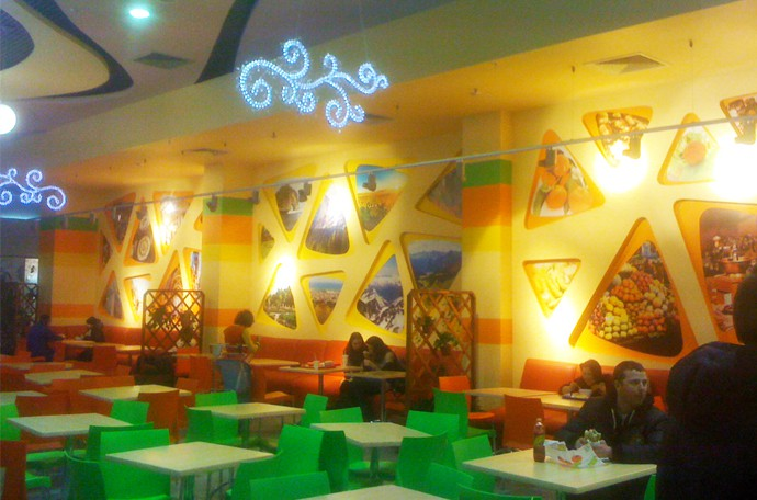 Фото интерьера кафе, ресторанного дворика