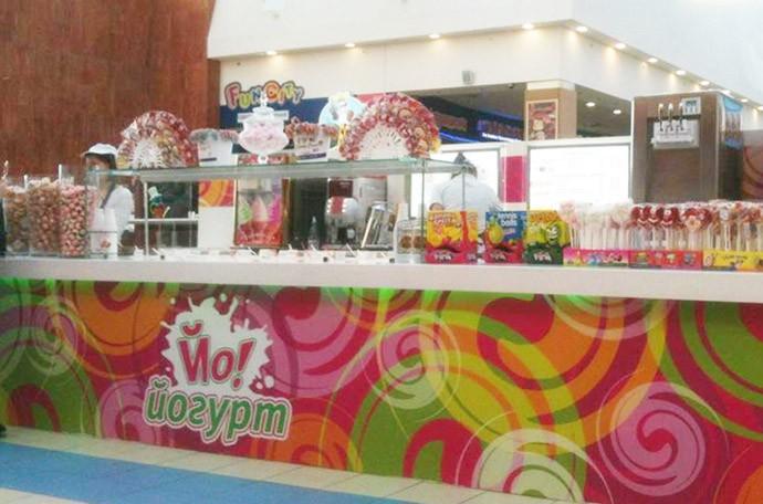 Дизайн открытой точки кафе-мороженого. Замороженный йогурт. Фото.