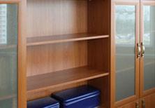 Нестандартный книжный шкаф для кабинета на балконе