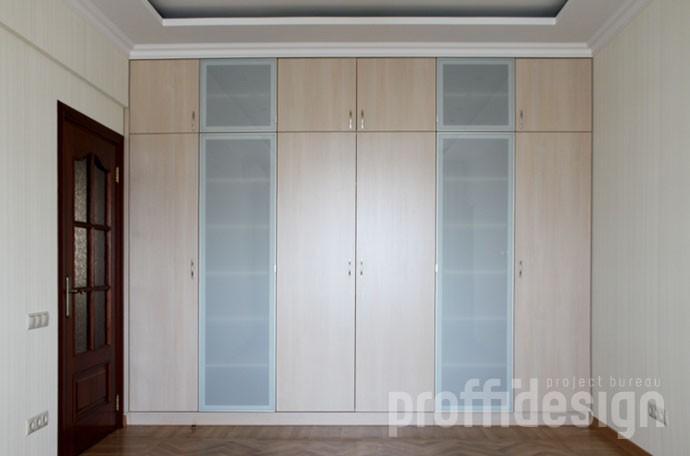 шкаф встроенный от пола до потолка по короткой стене гостиной