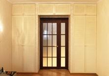 Встроенные шкафы с антресолями и дверцами-жалюзи на петлях