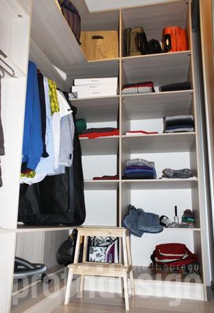 Внутреннее оснащение гардеробной комнаты, полки, вешала, вид со второго входа