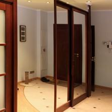 Зеркальная стена и шкаф-купе с зеркальными дверями для прихожей