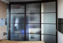Проходной шкаф-купе в спальню с дверями из матированного стекла