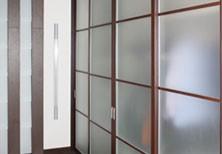 Шкаф-купе с дверями из матированного стекла в коридор