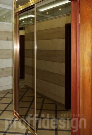 Зеркальный шкаф-купе с антресолью в прихожую