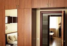 Встроенный проходной шкаф c антресолью и зеркалом в спальню