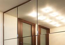 Шкаф встроенный до потолка с зеркальными дверцами на петлях