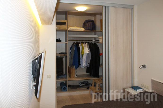 Внутреннее оснащение гардеробной комнаты, полки, вешала