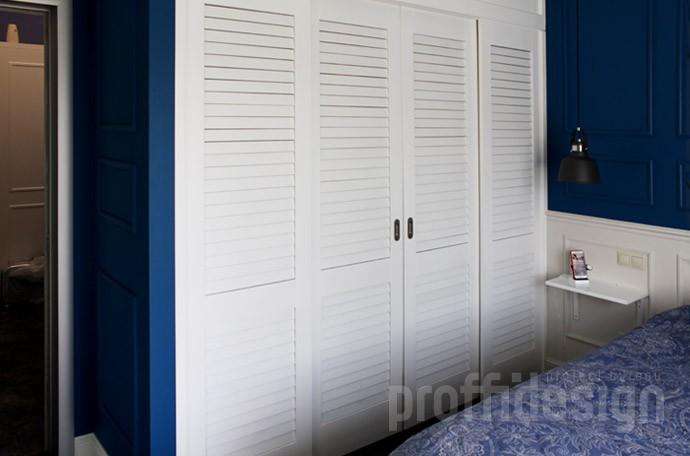 Гардеробная с дверями-жалюзи в спальню