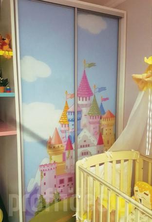 Шкаф-купе для детской комнаты с полками и фотопечатью