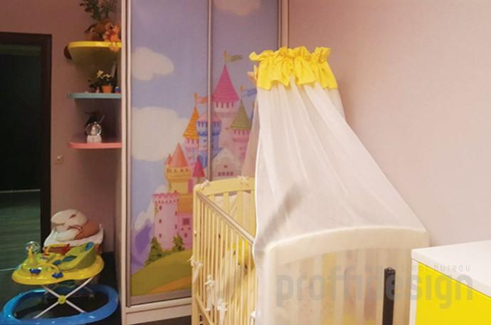 Шкаф-купе в детскую комнату с полками и фотопечатью