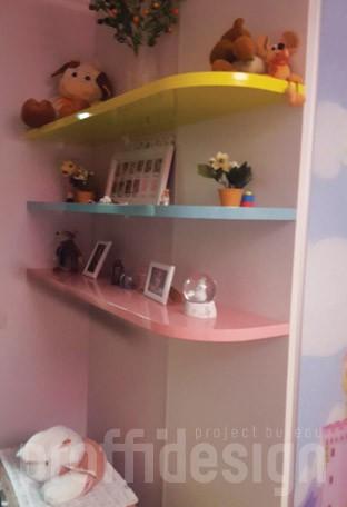 Цветные полки у шкафа-купе в детской комнате