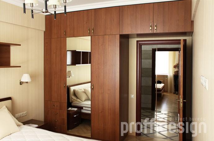 Шкаф с зеркалом и антресолями над входной дверью в спальню из ЛДСП
