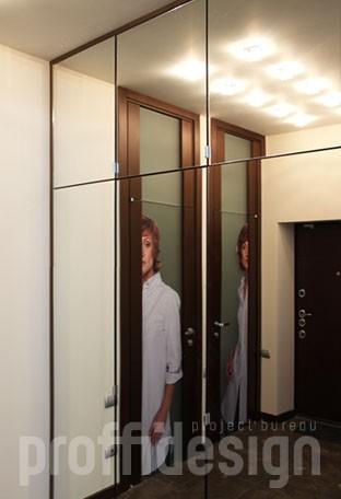 шкаф, встроенный от пола до потолка в нише, дверцы зеркальные на петлях